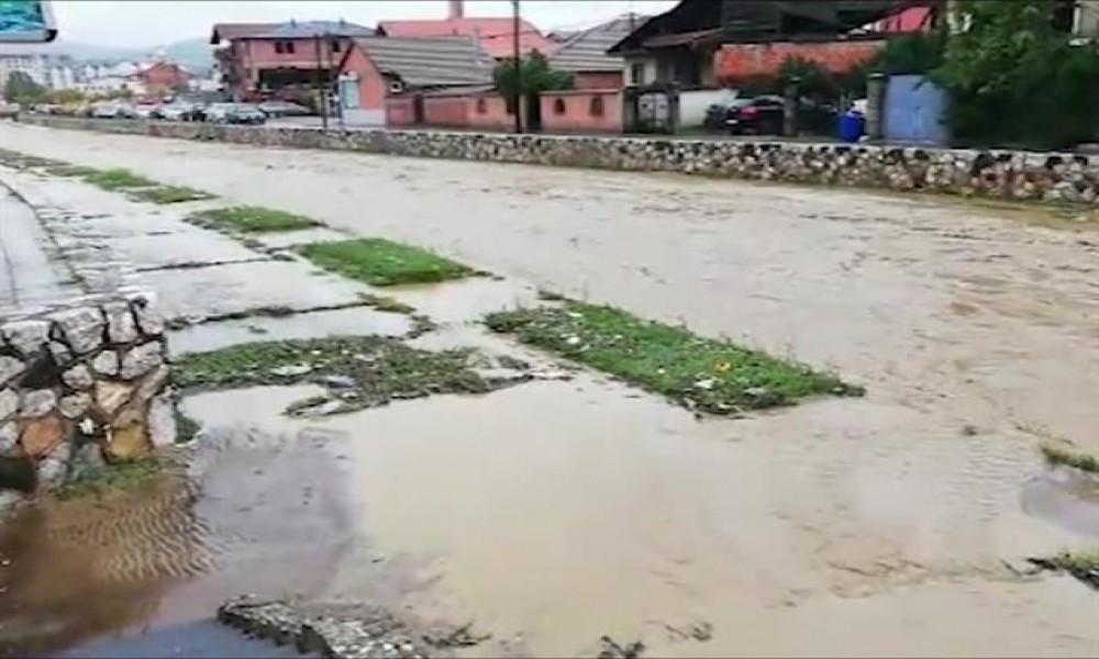 POPLAVE U SRBIJI Proglašena vanredna situacija u nekoliko gradova, izlili se potoci, VODA UŠLA I U KUĆE