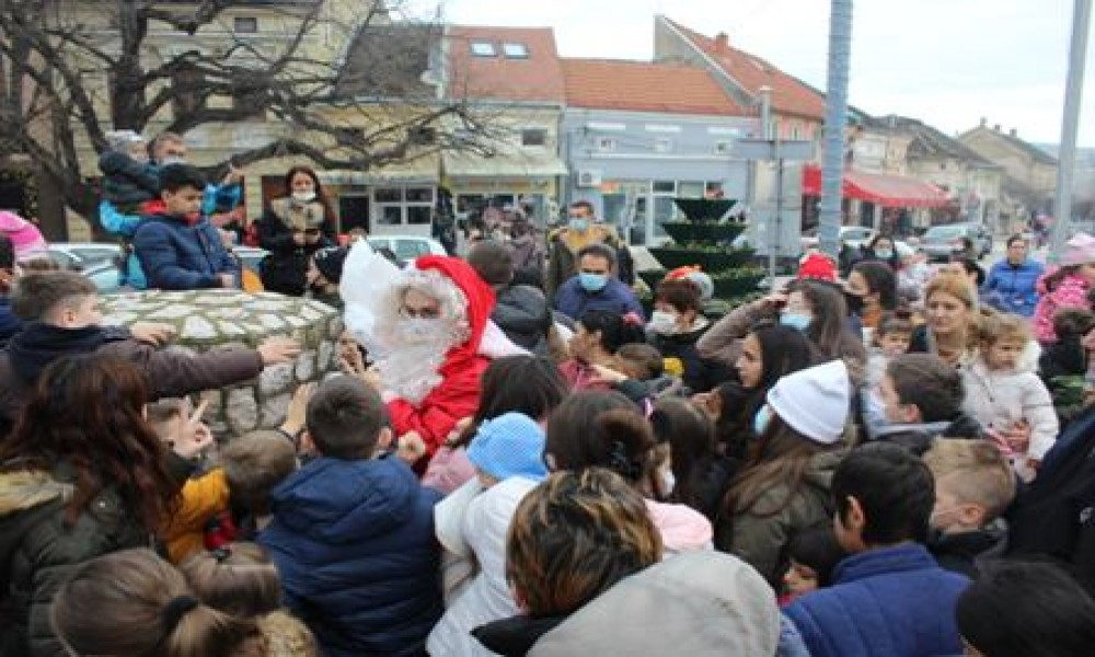 Deda Mraz podelio poklone mališanima iz Velikog Gradišta