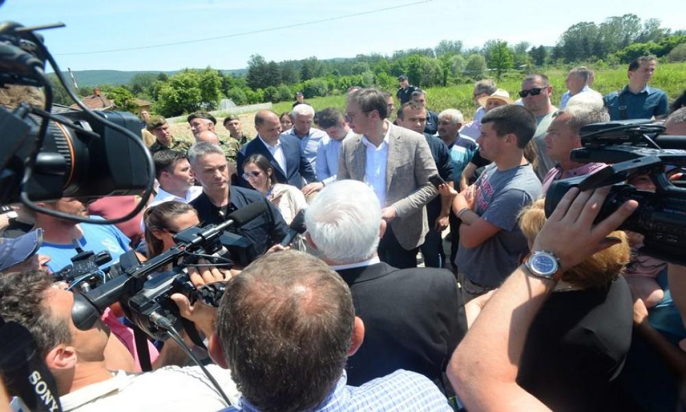 Vučić u poplavljenim područjima: Država će pomoći narodu