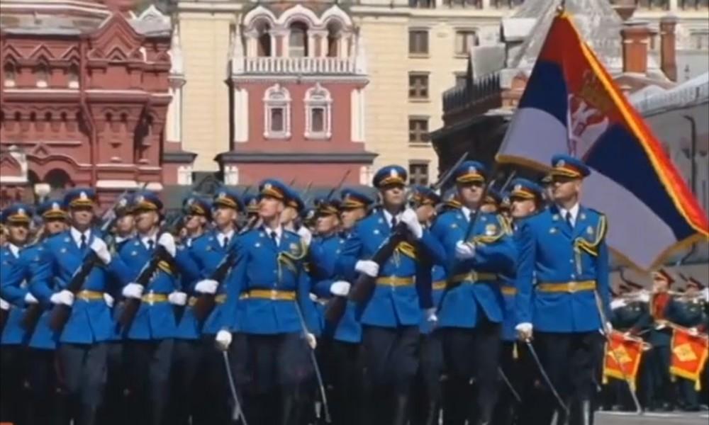 Vučić: S rukom na srcu, pozdrav za srpsku zastavu i gardiste