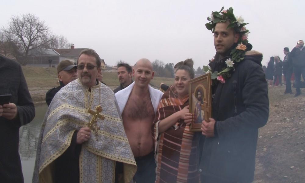 U OPŠTINI PETROVAC NA MLAVI PLIVALO SE ZA ČASNI KRST