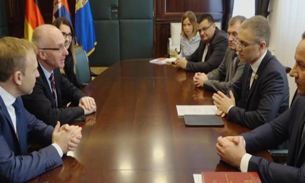 Sastanak Stefanovića i Šiba nakon donacije 10 automobila MUP-u Srbije