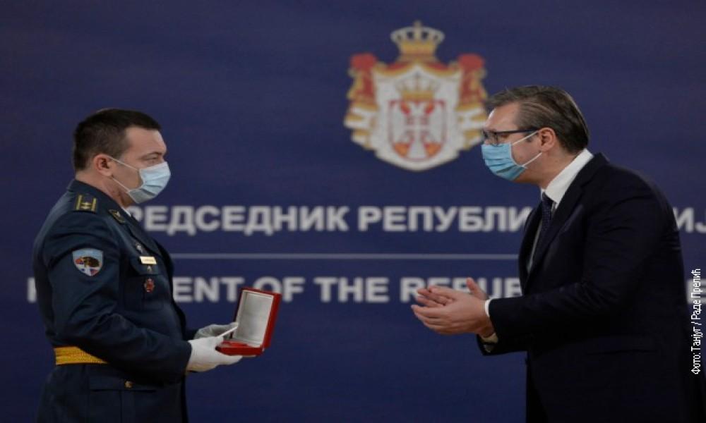 Predsednik Vučić uručio odlikovanja pripadnicima Vojske Srbije