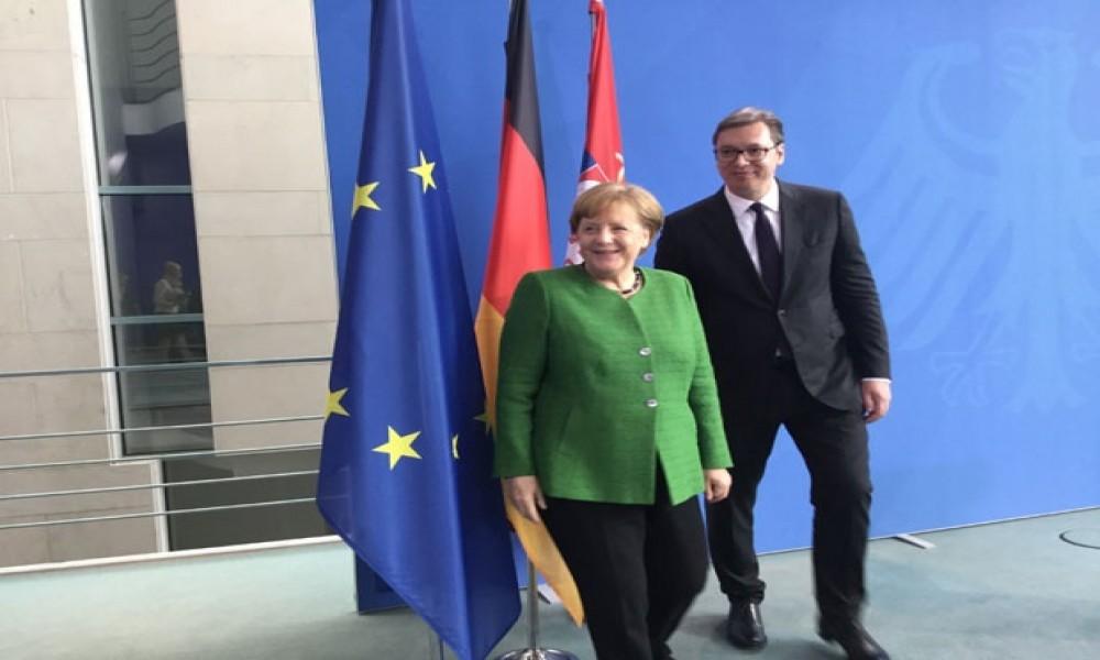 Vučić zamolio Merkel da pomogne u ukidanju taksi Prištine
