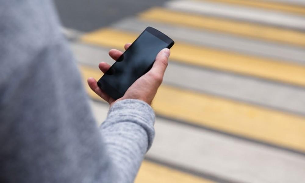 Ni kazna ne pomaže: Svaki šesti Beograđanin gleda u telefon dok prelazi ulicu