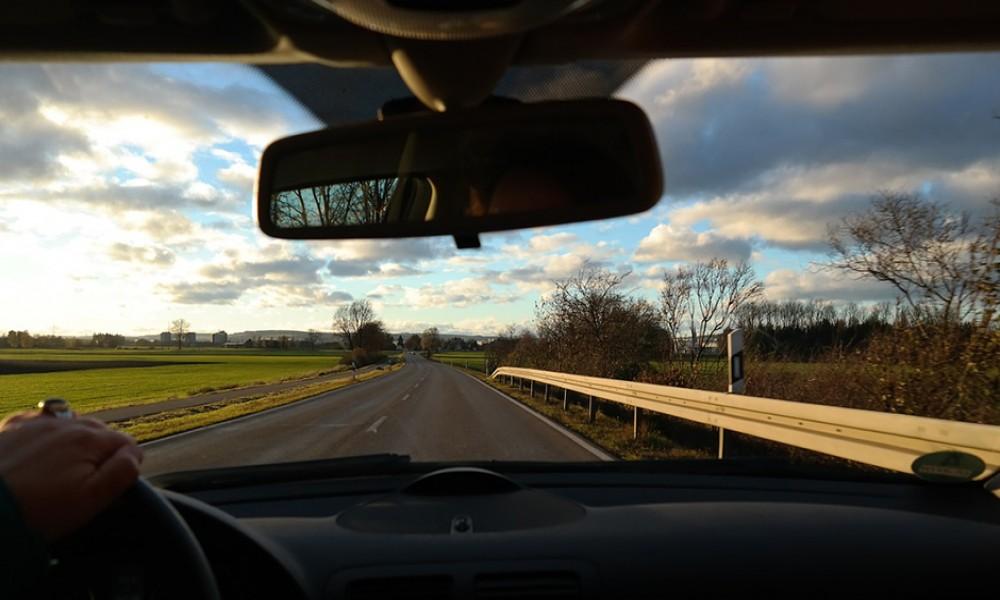 Čemu služi poluga na retrovizoru?