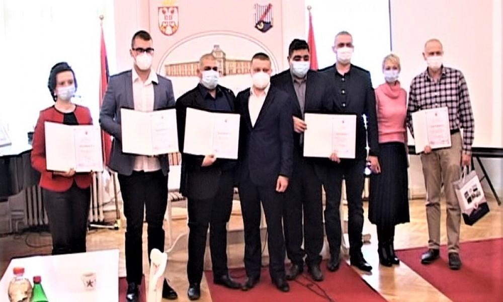Dodeljene plakete i pohvale najzaslužnijima zdravstvenim radnicima i službama  u borbi protiv kovida 19